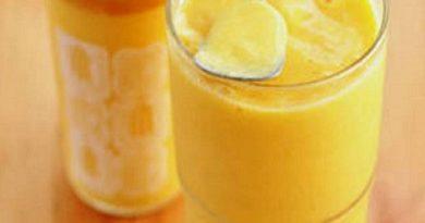 Breakfast food: mango yogurt smoothie